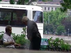 Abuelitos jugando en el parque