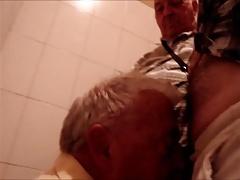 Coroa mamando no banheiro