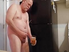 Un bon grand verre de pisse a boire.