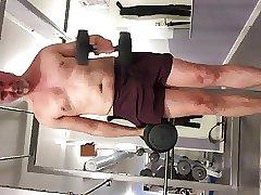 Very horny at my empty gym. Het och runkar i gymmet!