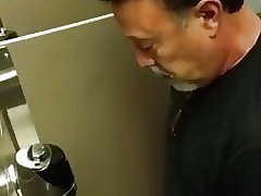 Flagra - Dad caught taking a piss