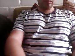 Maduro hetero pajeando su verga