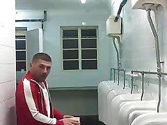 Espiando no banheiro gostoso