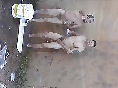 Peoes de obra tomando banho