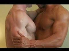 hombres musculosos cojiendo