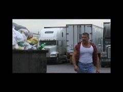 Muscle bear dans un truck stop