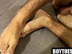Hunk shows his feet and jerks off