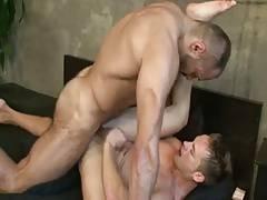 un minet baise par un mec viril et muscle