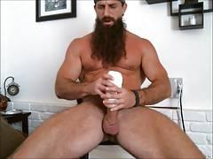 Muscled mountain man cums hard