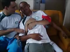 Palmeirenses heteros bebados se pegando e beijando