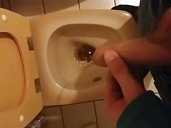 Piss in Toilet Pinkeln in die Toilette