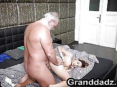 дедушка трахает красавицу внучку