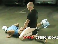отец взбесился и выебал дочь на парковке
