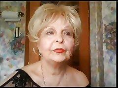 бабушка снимает домашнее видео