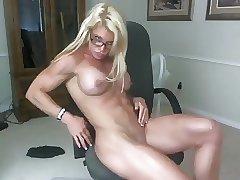 мать показывает мышцы сыну по скайпу