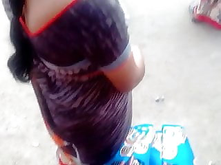 Tamil super-steamy saree aunty super-steamy glance and deep cleavage in busstand