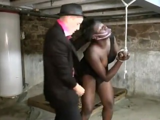 SГ©ance d'humiliation et de punition brutale pour la belle blackette Youmi, qui se fait soumettre violemment par ce mec blanc pervers et dominant, dans la cave.