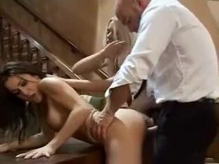 Baise hardcore dans une partie a trois, un fist fucking brutal pour ses deux jolies jeunes filles qui aiment trop le sexe, ce qui n'est pas une mauvaise chose quand c'est une grosse queue qui les attends derriГЁre